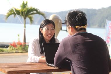 先輩移住者インタビュー:名護市久志で、地元を多方面から発信し刺激する江利川 美紗(エリカワ ミサ)さん